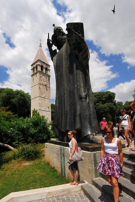 Spomenik Grgur Ninski Pored Zlatnih Vrata