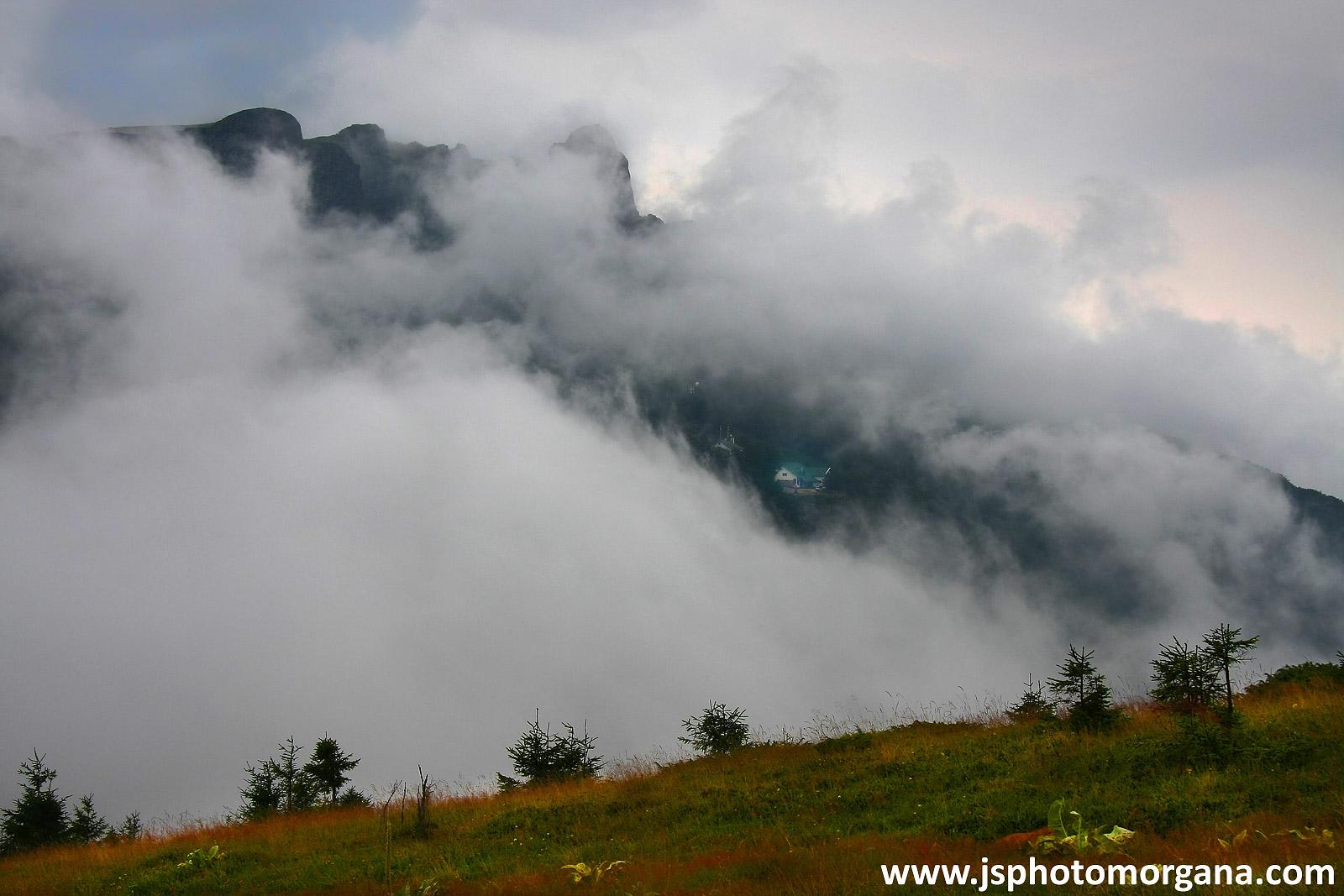 Planinarski dom ispod Babinog zuba kroz maglu
