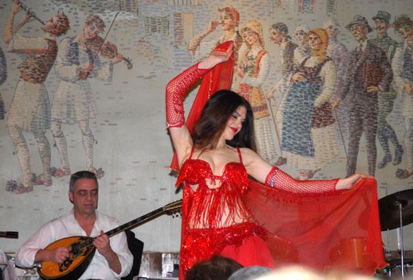 Plesačica na Plaki, boemska četvrt Atine