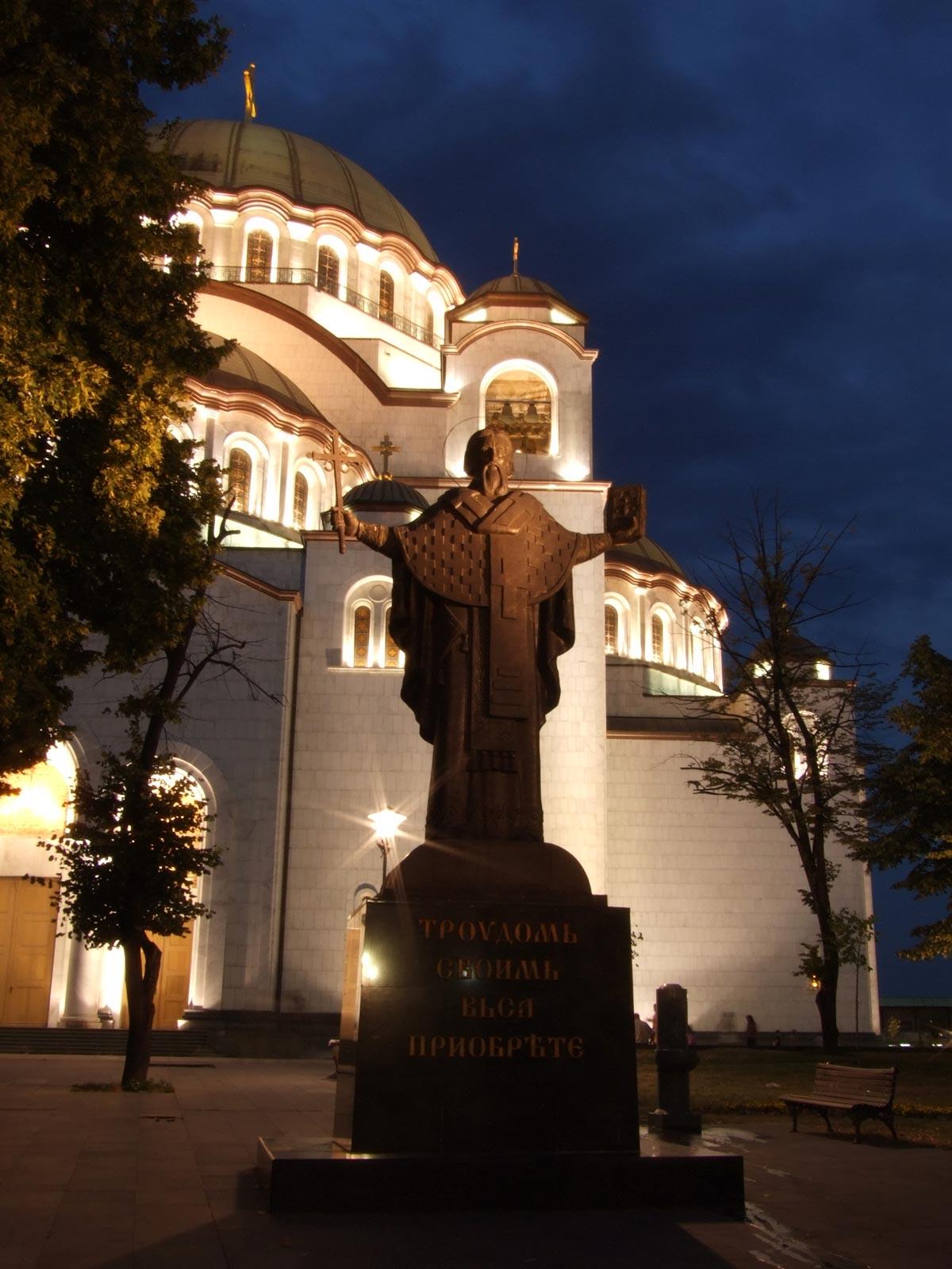 Sveti Sava, spomenik ispred hrama