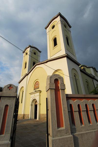 Ulaz u Čačansku crkvu iz dramatične perspektive