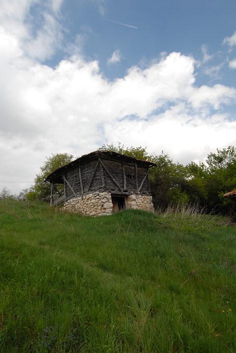 Drven ambar, pomoćna zgrada za čuvanje useva.