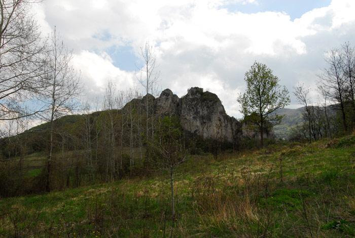 Gavran Kamik, ili kamen gavrana je kamenito brdo u Dragoviti