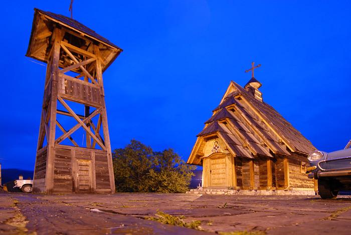 Crkva Svetog Save i drveni zvonik Mećavnika.