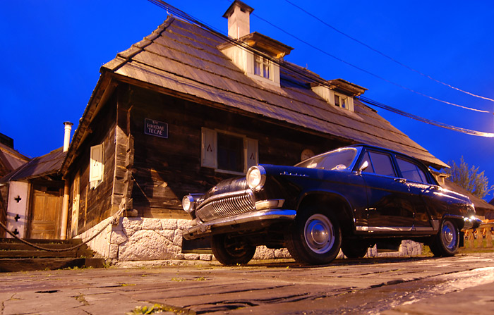 Crni Oldtajmer, parkiran u ulici Nikole Tesle u Drvengradu