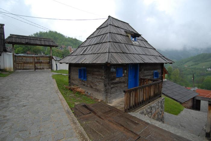 Drvena kućica na kiši