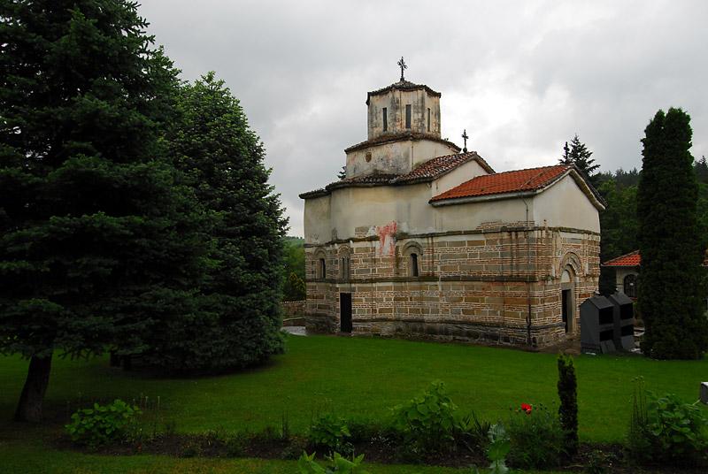Crkva manastira Veluća pripada Moravskoj školi i ima osnovu sažetog trikonhosa sa kvadratnim narteksom, kupolom smeštenom na lukovima koji počivaju na pilastrima i apsidama, koje su sa unutrašnje strane polukružne, a sa spoljašnje petostrane.
