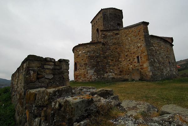 Crkva Apostola Petra i Pavla i zid čuvar