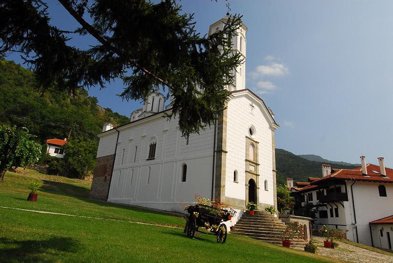 Kola kao dekoracija okruženja manastira