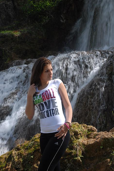 Dijana, ispred vodopada