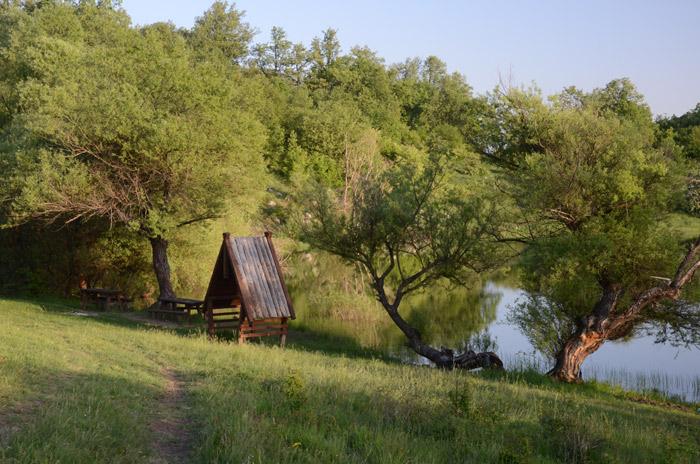 Kućica od kiše, Vrmdža, Sokobanja, Jugoistočna Srbija. Namenjena turistima ili ribolovcima? Zna li neko, da li ima ovde ribe?