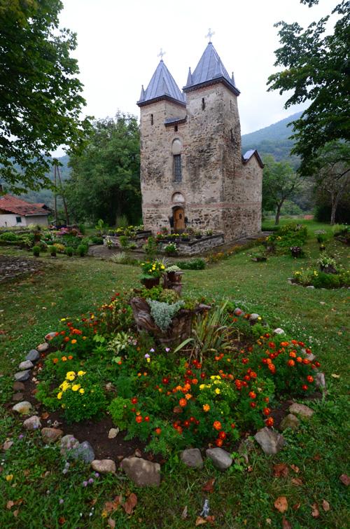 Kamenom omeđeno cveće ispred crkve