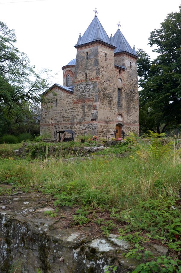 Fotografija crkve Presvete Bogorodice sa strane u Donjoj Kamenici, opština Knjaževac, Istočna Srbija.