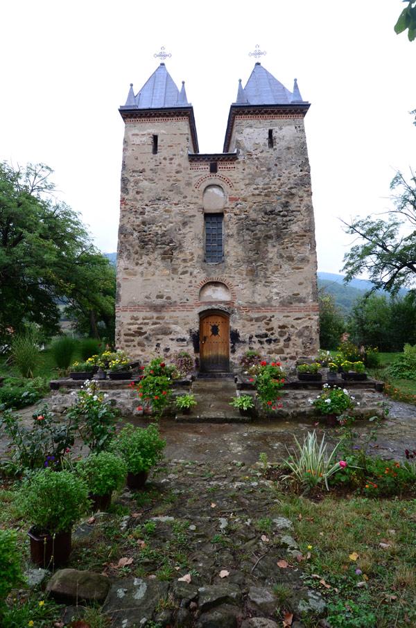 Ulaz u Crkvu Presvete Bogorodice u Donjoj Kamenici, opština Knjaževac, Istočna Srbija sa spoljne strane.