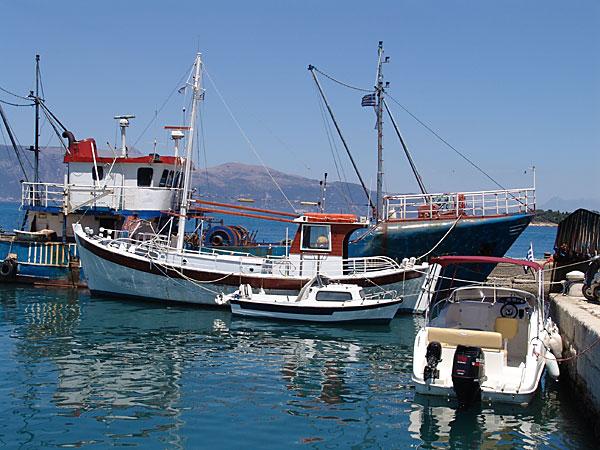 Grad Krf: Usidreni čamci u luci