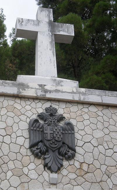 Krst iznad mauzoleja srpskim vojnicima