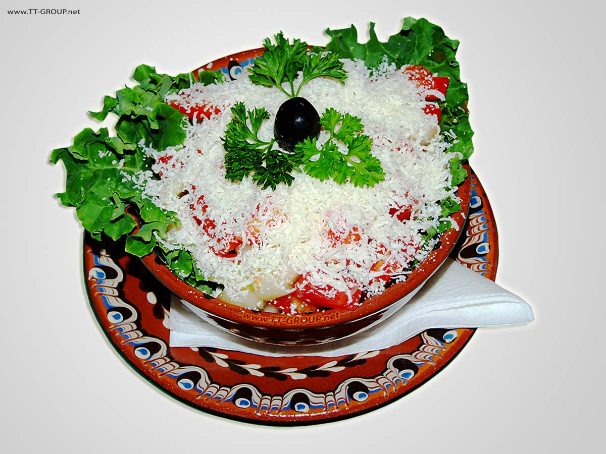 Šopska salata u etno posluženju